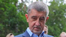 Premiér Andrej Babiš (ANO) šel s ministrem životního prostředí Richardem Brabcem (ANO) vypouštět raky kamenáče (2. 7. 2020)
