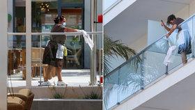 """Pracovníci ochranky v melbournském """"karanténním"""" hotelu zřejmě neplnili řádně své pracovní povinnosti. V poklidu prý kouřili z jedné cigarety, podávali si ruce, navštěvovali turistky a měli s nimi mít i sex!"""