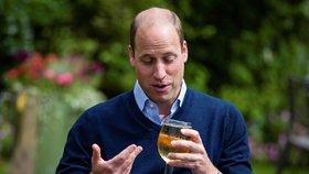 Princ William navštívil hospodu v Norfolku, aby personálu popřál dobré vykročení do nové sezóny. Dopřál si u toho sklenici cideru (3. 7. 2020).