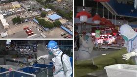 Uvnitř ohniska nové vlny koronaviru! Desítky hygieniků obsadily oblíbený trh v Pekingu.