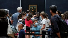 V Paříži se po čtyřech měsících otevřela galerie Louvre, návštěvníci tak znovu mohli obdivovat mimo jiné Monu Lisu (6. 7. 2020).
