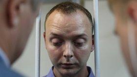 Případ zadrženého poradce šéfa agentury Roskosmos Ivana Safronova souvisí s předáním informace o ruských dodávkách zbraní na Blízký východ a v Africe českým tajným službám. Podle agentury TASS to večer po jednání soudu o uvalení vazby na zadrženého řekl Safronovův obhájce Jevgenij Smirnov (7. 7. 2020).