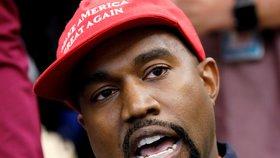 Rapper Kanye West v čepici Make America Great Again.