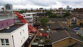 Ohromný jeřáb spadl na obydlenou budovu.