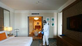 Dezinfikování hotelového pokoje.