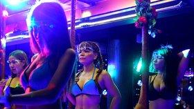 Thajsko povolilo otevření nočních klubů. Tanečnice oblékly prádlo a obličejové štíty (9. 7. 2020)