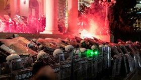 Další protesty proti omezením spojeným s koronavirem v Bělehradě (10. 7. 2020)