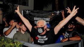 Přítel a někdejší poradce Donalda Trumpa Roger Stone se zaradoval, že nemusí do vězení (10. 7. 2020)