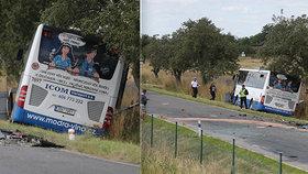 Srážka autobusu a osobního vozu u Divišova.