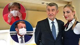 Andrej Babiš (ANO) na palubě vládního speciálu se sličnou letuškou při cestě na summit EU. Angela Merkelová a Emmanuel Macron s rouškami v Bruselu