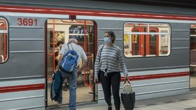 Roušky v pražském metru zůstávají povinné.