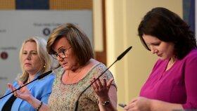 Zleva ministryně pro místní rozvoj Klára Dostálová (za ANO), ministryně financí Alena Schillerová (za ANO) a ministryně práce a sociálních věcí Jana Maláčová (ČSSD) na tiskové konferenci po jednání vlády (20. 7. 2020)