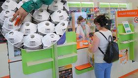 Lidé opět nakupují roušky. Máme všeho dost, vzkazují lékárny. (Ilustrační foto)