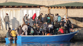 Italský ostrov Lampedusa obsadili uprchlíci, úřady jsou zoufalé.