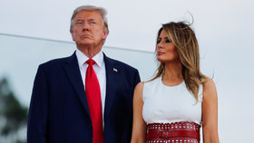 Americký prezident Donald Trump s první dámou Melanií před Bílým domem