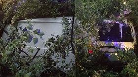 Na auto spadl v Moravské Třebové strom.