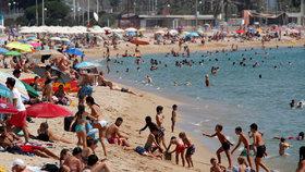 Koronavirus ve Španělsku: Davy lidí na pláži v Barceloně (30.7.2020)