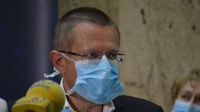 Tisková konference ministerstva zdravotnictví. Účastnil se také ředitel ÚZIS Ladislav Dušek. (3.8.2020)