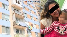 Jasmínka (2) při hře s bráchou vypadla z okna: Soused popsal, jak k nehodě došlo!