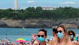 Lidé v rouškách na francouzských plážích (5. 8. 2020)