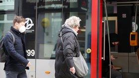 Někteří lidí nosí roušky preventivně i v tramvajích.