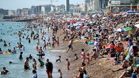 Horké léto vylákalo Brity na pláže. Na dodržování rozestupů mnohde nedbali. (7. 8. 2020)