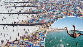 Horké léto vylákalo Brity na pláže. Na dodržování rozestupů mnohde nedbali