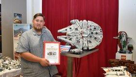 Ondřej Balšán se svým prvním modelem série Star Wars, malou vesmírnou lodí Millenium Falcon, kterou před osmi lety získal, a s certifikátem o největší sbírce stavebnic Lego série Star Wars v republice. V pozadí model Millenium Falcon v obřím vydání.