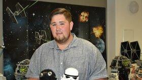 Ondřej Balšán s bustou ikonického klonového vojáka (bílá) a pilota stíhačty TIE z kolekce Star Wars.