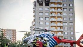Záchranáři 8. srpna 2020 u panelového domu v Bohumíně, ve kterém při požáru v 11. patře zahynulo 11 lidí.