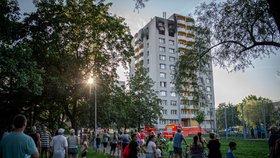 Hasiči zasahují 8. srpna 2020 u požáru v 11. patře panelového domu panelového domu v Bohumíně, při kterém zahynulo 11 lidí.