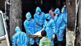 V indickém městě Vidžajaváda v hotelu Swarna Palace uhořeli pacienti s koronavirem (9. 8. 2020)