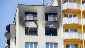 Z těchto oken zoufalí lidé skákali. Z balkonu na levé straně se podle svědků někteří lidé pokoušeli přelézt na sousední balkon.