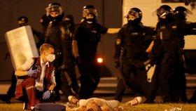 Při demonstracích v Bělorusku zemřel nejméně jeden člověk, další desítky utrpěly zranění.