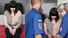 Žena souzená za vraždu dítěte před soudem.