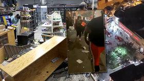 Rabující dav se vrhl do obchodů v Chicagu. Lidé brali plné tašky a střetli se s policií.