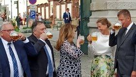 Český ministr zahraničí Tomáš Petříček s manželkou Ivou pohostil ministra zahraničí USA Mike Pompea a manželku Susan plzeňským pivem. (11. 8. 2020)
