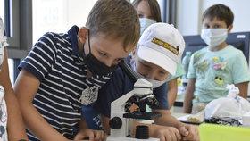 Školáky čeká od 1. září ve školách spousta novinek, včetně nošení roušek mimo třídy.