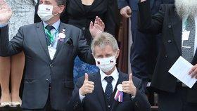 Šéf české horní komory Miloš Vystrčil je prvním předsedou Senátu, který za posledních 45 let vystoupil na zasedání Legislativního dvora, tedy v tchajwanském parlamentu. Jeho předseda Jou Si-kchun mu udělil medaili za parlamentní diplomacii. (1. 9. 2020)