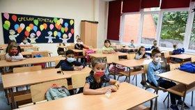 V Srbsku usedly děti do lavic v rouškách.