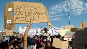 Střet migrantů ze zničeného tábora Moria na řeckém ostrově Lesbos s policií (12. 9. 2020)