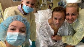 Kritik Kremlu Navalnyj sdílel snímek z nemocnice, kde se zotavuje po otravě novičokem, (15.09.2020).