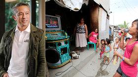 """Filipínský guvernér varoval před """"hlučnými karaoke zpěváky"""". Podle něho maří boj s koronavirem"""