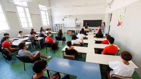 Roušky musí nově mít děti i během vyučování, pravidlo se vyhne pouze žákům prvního stupně.