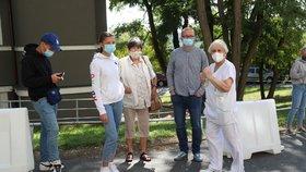 Odběrové místo v Nemocnici Na Bulovce - lidé museli kvůli kolapsu systému žádanek čekat. 18. září 2020.
