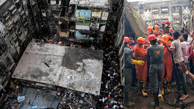 V Indii se zřítil třípatrový dům, zemřelo deset lidí, dalších dvacet je zavalených troskami
