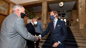 Nový ministr zdravotnictví Roman Prymula (za ANO) je vítán starým ministrem zdravotnictví Adamem Vojtěchem. Vojtěch předává Prymulovi úřad za účasti premiéra Andreje Babiše (ANO) (22.9.2020)