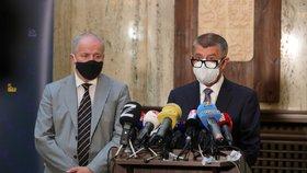 Premiér Andrej Babiš (ANO) a nový ministr Roman Prymula (za ANO) během předávání rezortu zdravotnictví z rukou Adama Vojtěcha (22.9.2020)