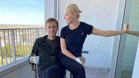 Otrávený Navalnyj sdílel fotku s manželkou Julijou z berlínské kliniky.