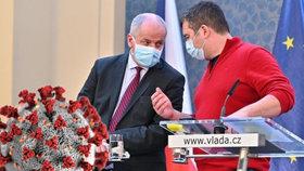 Ministr zdravotnictví Roman Prymula (za ANO) plánuje vládě navrhnout vyhlášení nouzového stavu. Šéf vnitra Jan Hamáček (ČSSD) uvedl, že ho podpoří.